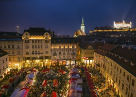 christmas-markets-with-castle.jpg