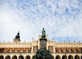 Sukiennice and Mickiewicz monument (c) Tomasz Stankiewicz