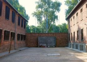 Death wall (c) www.auschwitz.org