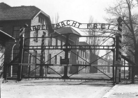 The entrance gate (c) www.auschwitz.org